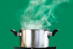 Ατμός πέρα από το μαγείρεμα του δοχείου, στην πράσινη οθόνη στοκ φωτογραφία