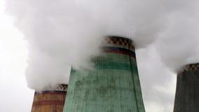 Ατμός που βγαίνει από τους δροσίζοντας πύργους των εγκαταστάσεων θερμικής παραγωγής ενέργειας Στοκ Εικόνα