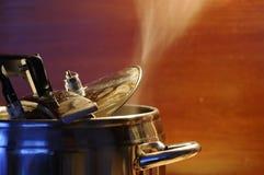 Ατμός που δραπετεύει από το καπάκι της κουζίνας πίεσης με την αντανάκλαση της σύγχρονης κουζίνας στοκ εικόνες