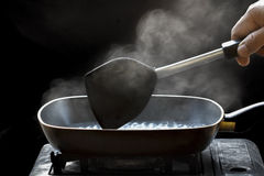 Ατμός στο τηγάνι στην κουζίνα στοκ φωτογραφίες με δικαίωμα ελεύθερης χρήσης