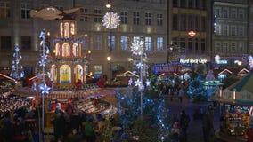Ατμόσφαιρα διακοπών, άνθρωποι στην έκθεση Χριστουγέννων στην οδό που διακοσμείται με τα φω'τα και γιρλάντες απόθεμα βίντεο