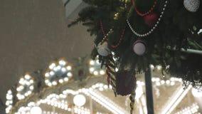 ατμόσφαιρα εορταστική Οι άνθρωποι οδηγούν στο ιπποδρόμιο Το βράδυ, κατά τη διάρκεια χιονοπτώσεων απόθεμα βίντεο