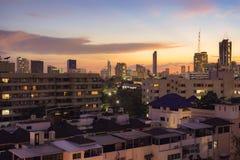 Ατμόσφαιρα κτηρίων και κατοικιών στο χρόνο βραδιού στοκ φωτογραφία