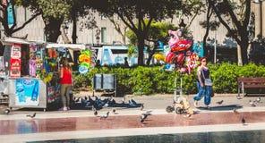 Ατμόσφαιρα οδών στο διάσημο Plaza Catalunya στη Βαρκελώνη Στοκ Εικόνες