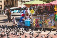 Ατμόσφαιρα οδών στο διάσημο Plaza Catalunya στη Βαρκελώνη Στοκ Φωτογραφίες