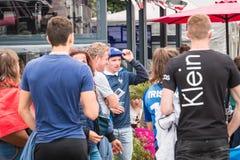 Ατμόσφαιρα του οπαδού ποδοσφαίρου στο πεζούλι ενός φραγμού Στοκ εικόνα με δικαίωμα ελεύθερης χρήσης