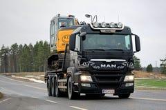 ΑΤΟΜΟ TGS 35 540 το φορτηγό μεταφέρει τον εκσκαφέα Στοκ εικόνα με δικαίωμα ελεύθερης χρήσης