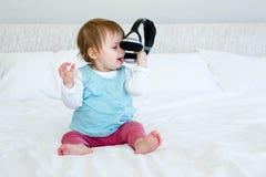 λατρευτό παιχνίδι μωρών με τα ακουστικά Στοκ εικόνα με δικαίωμα ελεύθερης χρήσης