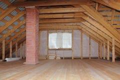 Αττικός με την καπνοδόχο στο ξύλινο σπίτι κάτω από τη γενική άποψη κατασκευής Στοκ Φωτογραφία