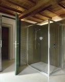 αττικό σύγχρονο δωμάτιο λουτρών Στοκ εικόνες με δικαίωμα ελεύθερης χρήσης