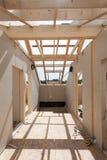 Αττικό δωμάτιο κάτω από την κατασκευή με τους πίνακες ασβεστοκονιάματος γύψου Κατασκευή υλικού κατασκευής σκεπής εσωτερική Ξύλινη Στοκ φωτογραφία με δικαίωμα ελεύθερης χρήσης