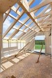 Αττικό δωμάτιο κάτω από την κατασκευή με τους πίνακες ασβεστοκονιάματος γύψου Κατασκευή υλικού κατασκευής σκεπής εσωτερική Ξύλινη Στοκ Εικόνες