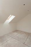 Αττικό δωμάτιο κάτω από την κατασκευή με τους πίνακες ασβεστοκονιάματος γύψου και το παράθυρο Στοκ Εικόνες