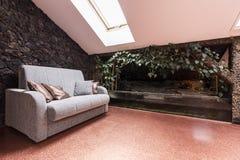 Αττικό δωμάτιο με το μεγάλο terrarium Στοκ Εικόνες