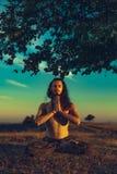 Ατόμων γιόγκη στο ηλιοβασίλεμα στους λόφους Συναισθηματική αρμονία πνευματικότητας έννοιας χαλάρωσης τρόπου ζωής με τη φύση στοκ εικόνες