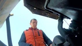 Ατόμων μηχανική επισκευής μηχανή διακοπής αυτοκινήτων αυτόματη απόθεμα βίντεο