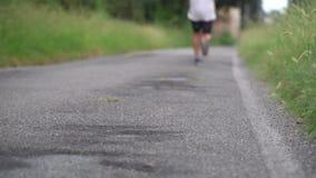 Ατόμων, που τρέχει στο πάρκο Η εξάρτηση προετοιμάζεται Σύνδεση ενός παπουτσιού φιλμ μικρού μήκους