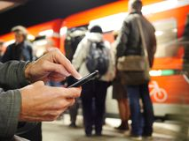 Ατόμων σε κινητό του σε έναν σταθμό του Βερολίνου Στοκ εικόνα με δικαίωμα ελεύθερης χρήσης