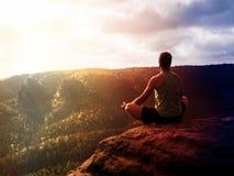 Ατόμων στο Lotus θέτει στο δύσκολο απότομο βράχο Γιόγκα άσκησης αθλητικών τύπων στην αιχμή στοκ φωτογραφίες με δικαίωμα ελεύθερης χρήσης