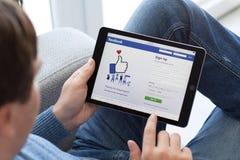 Ατόμων υπηρεσία Facebo δικτύωσης εκμετάλλευσης iPad υπέρ διαστημική γκρίζα κοινωνική Στοκ φωτογραφία με δικαίωμα ελεύθερης χρήσης