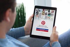 Ατόμων υπηρεσία Pinteres Διαδικτύου εκμετάλλευσης iPad υπέρ διαστημική γκρίζα κοινωνική Στοκ Φωτογραφία
