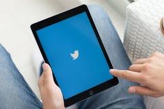 Ατόμων υπηρεσία Twitte δικτύωσης εκμετάλλευσης iPad υπέρ διαστημική γκρίζα κοινωνική Στοκ Εικόνα