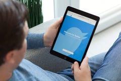 Ατόμων υπηρεσία Twitte δικτύωσης εκμετάλλευσης iPad υπέρ διαστημική γκρίζα κοινωνική Στοκ εικόνες με δικαίωμα ελεύθερης χρήσης