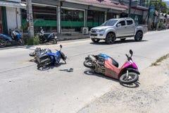 Ατύχημα μοτοσικλετών που συνέβη στο δρόμο τροπικό Koh Phangan, Ταϊλάνδη νησιών Τροχαίο ατύχημα μεταξύ μιας μοτοσικλέτας επάνω στοκ φωτογραφία