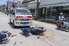Ατύχημα μοτοσικλετών που συνέβη στο δρόμο τροπικό Koh Phangan, Ταϊλάνδη νησιών Τροχαίο ατύχημα μεταξύ μιας μοτοσικλέτας επάνω στοκ φωτογραφίες με δικαίωμα ελεύθερης χρήσης