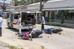 Ατύχημα μοτοσικλετών που συνέβη στο δρόμο τροπικό Koh Phangan, Ταϊλάνδη νησιών Τροχαίο ατύχημα μεταξύ μιας μοτοσικλέτας επάνω στοκ φωτογραφίες