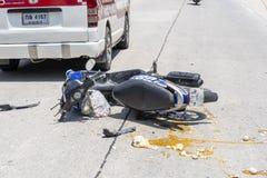 Ατύχημα μοτοσικλετών που συνέβη στο δρόμο τροπικό Koh Phangan, Ταϊλάνδη νησιών Τροχαίο ατύχημα μεταξύ μιας μοτοσικλέτας επάνω στοκ εικόνες