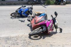 Ατύχημα μοτοσικλετών που συνέβη στο δρόμο τροπικό Koh Phangan, Ταϊλάνδη νησιών Τροχαίο ατύχημα μεταξύ μιας μοτοσικλέτας επάνω στοκ εικόνα με δικαίωμα ελεύθερης χρήσης