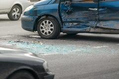 Ατύχημα τροχαίου ατυχήματος στην οδό, χαλασμένα αυτοκίνητα μετά από τη σύγκρουση στην πόλη Στοκ Εικόνες