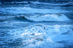 Ατλαντικά μπλε και λευκό κυματωγών Στοκ εικόνες με δικαίωμα ελεύθερης χρήσης