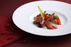 Ατλαντική μπλε σαλάτα αστακών που μαρινάρεται στο άσπρο πιάτο στο μαύρο BA Στοκ εικόνα με δικαίωμα ελεύθερης χρήσης