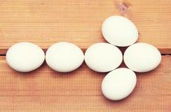 Αυγά βελών συμβόλων στο ξύλινο υπόβαθρο Στοκ φωτογραφίες με δικαίωμα ελεύθερης χρήσης
