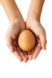 αυγά εκμετάλλευσης χεριών Στοκ Φωτογραφίες