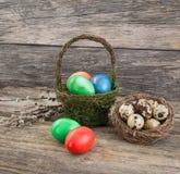 Αυγά εστέρα στο καλάθι, αυγά ορτυκιών στη φωλιά, κλάδος ιτιών Στοκ φωτογραφία με δικαίωμα ελεύθερης χρήσης
