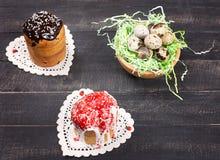 Αυγά κέικ Πάσχας και ορτυκιών φωλιών Στοκ φωτογραφία με δικαίωμα ελεύθερης χρήσης