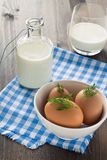 Αυγά και γάλα στο ξύλινο υπόβαθρο Στοκ Φωτογραφία