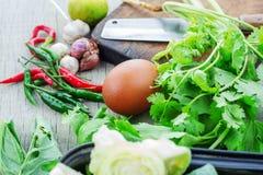 Αυγά και καρυκεύματα σε ξύλινο Στοκ εικόνα με δικαίωμα ελεύθερης χρήσης