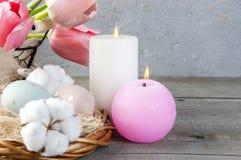 Αυγά και κεριά αρώματος στο παλαιό ξύλινο υπόβαθρο Στοκ Εικόνες