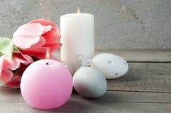 Αυγά και κεριά αρώματος στο παλαιό ξύλινο υπόβαθρο Στοκ Εικόνα