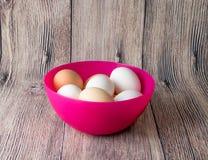 Αυγά και κοτόπουλο ορτυκιών για τη γιορτή Πάσχας για το χρωματισμό στοκ εικόνα