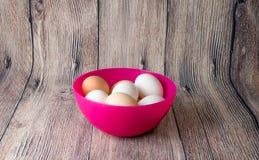 Αυγά και κοτόπουλο ορτυκιών για τη γιορτή Πάσχας για το χρωματισμό στοκ φωτογραφία με δικαίωμα ελεύθερης χρήσης