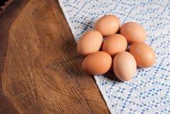 Αυγά και πετσέτα με ένα μπλε σχέδιο Στοκ φωτογραφία με δικαίωμα ελεύθερης χρήσης