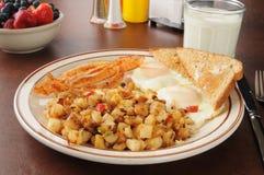 Αυγά και hash μπέϊκον - browns για το πρόγευμα Στοκ Εικόνες