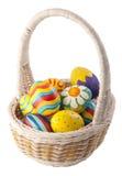 αυγά καλαθιών που χρωματί Στοκ εικόνες με δικαίωμα ελεύθερης χρήσης