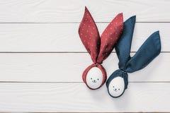 Αυγά κοτόπουλου Πάσχας με τα smileys και αυτιά λαγουδάκι στον ξύλινο πίνακα Στοκ Φωτογραφία