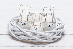 Αυγά κοτόπουλου Πάσχας με τα smileys και τα αυτιά λαγουδάκι Στοκ εικόνες με δικαίωμα ελεύθερης χρήσης